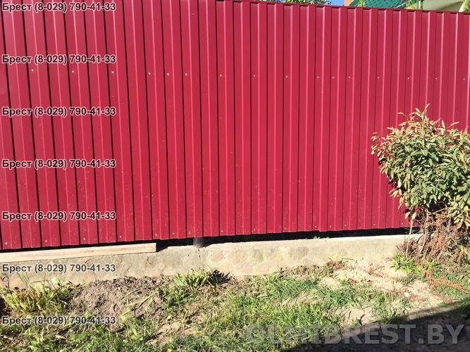 Фото забора из профнастила С-8 RAL 3005 в Бресте