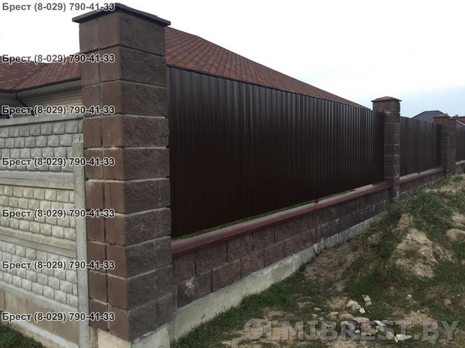 Фото забора из профнастил С-8 RAL 8017 и блоков демлер декоративных коричневых в Бресте